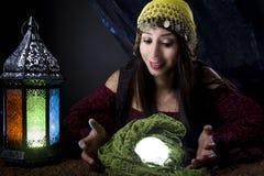 Рассказчик удачи смотря хрустальный шар стоковая фотография
