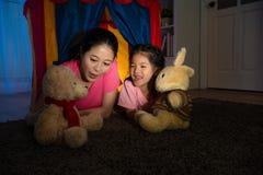 Рассказ привлекательной домохозяйки говоря для игрушечного Стоковое Изображение RF