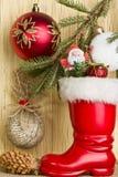 Рассказ рождества - ветвь спруса, ботинок Санты, шариков и p Стоковые Фотографии RF