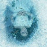 Рассказ спящей красавицы Девушка спит на дне замороженного озера, рыбы и морская водоросль плавает Стоковые Изображения
