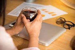 Расслабленная бизнес-леди работая онлайн наблюдать и просматривая компьтер-книжку сидя в настольном компьютере на офисе Стоковая Фотография RF