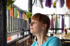 Расслабленная женщина в камбоджийском кафе Внешнее кафе с балконом и азиатским интерьером стиля Стоковая Фотография