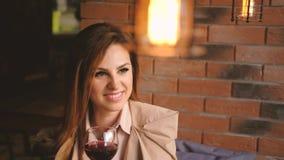 Расслабленная женщина отдыха смотря держащ стеклянное вино видеоматериал