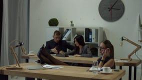 Расслабленное bussineswoman говоря на телефоне на офисе сток-видео