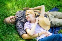 Расслабленные Гая и девушки мечтательные наслаждаются природой безмятежности Пары в влюбленности ослабляя Outdoors Природа заполн стоковая фотография