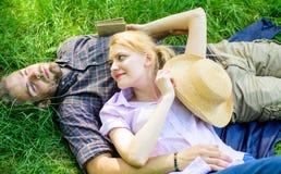 Расслабленные Гая и девушки мечтательные наслаждаются природой безмятежности Пары в влюбленности ослабляя Outdoors Человек небрит стоковые изображения