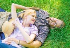 Расслабленные Гая и девушки мечтательные наслаждаются природой безмятежности Пары в влюбленности ослабляя Outdoors Минута взятия, стоковые фото