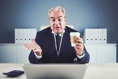 Расслабленный постаретый бизнесмен с беседовать напитка видео- стоковое изображение