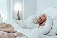 Расслабленный спать старшего человека стоковая фотография