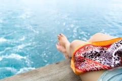Расслабляющая нога ` s девушки нерезкости на балконе голубого моря Стоковое Изображение
