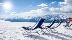 Расслабляющие кресла и ландшафт зимы Стоковое Фото