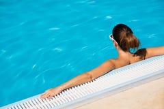 Расслабляющие летние каникулы в чистом бассейне открытого моря Стоковое Изображение