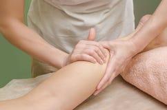 Расслабляющий профессиональный массаж на женской икре ноги ноги в th Стоковое фото RF