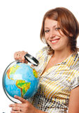 рассматривает усмехаться глобуса девушки Стоковая Фотография RF