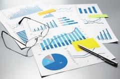 Рассматривать бизнес-отчеты рост диаграмм диаграмм дела увеличил тарифы профитов Стоковые Фотографии RF