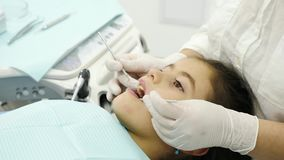 Рассматривать дантиста зубы маленькой девочки Конец-вверх сток-видео