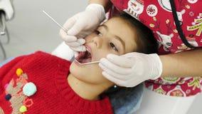 Рассматривать дантиста зубы маленькой девочки Конец-вверх акции видеоматериалы
