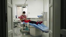 Рассматривать дантиста зубы маленькой девочки видеоматериал