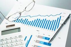 Рассматривать деловой документ рост диаграмм диаграмм дела увеличил тарифы профитов Стоковое Изображение RF