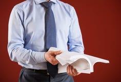рассматривать документов бизнесмена Стоковые Фото