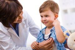 рассматривать доктора ребенка Стоковое фото RF