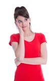 Рассматривающ красивую маленькую девочку изолированный в красной рубашке. стоковое изображение rf