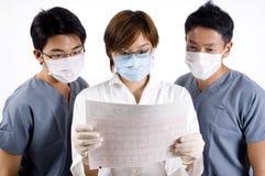 Рассматривая медицинский рапорт стоковое фото