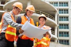 Рассматривая проект жилищного строительства Стоковые Фото