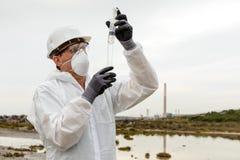рассматривая работник защитного костюма загрязнения стоковые изображения rf