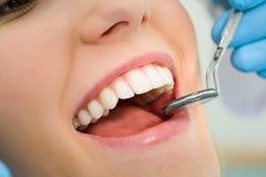 рассматривая рот Стоковые Фотографии RF