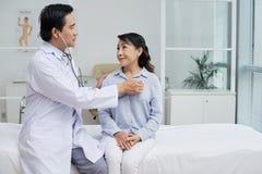 Рассматривая старший пациент с стетоскопом стоковые фото
