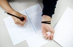 Рассмотрение студента обжуливая для испытания Стоковая Фотография RF