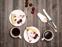 Расстегай вишни Кусок домодельного пирога вишни и 2 чашек кофе Стоковое Фото