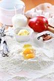 расстегай ингридиентов выпечки яблока Стоковые Фотографии RF