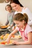 расстегай мати девушки яблока подготовляет детенышей Стоковое Изображение RF