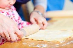расстегай семьи крупного плана выпечки Стоковые Изображения