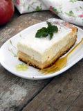 Расстегай с сыром и яблоками коттеджа Стоковые Изображения