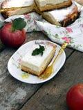 Расстегай с сыром и яблоками коттеджа Стоковое фото RF
