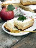 Расстегай с сыром и яблоками коттеджа Стоковая Фотография