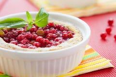 Расстегай ягоды в белой тарелке выпечки Стоковое Изображение