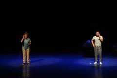 Расстояние контакта - сделайте эскиз к простые люди тетушки- квадратного танца скачки большой этап Стоковые Фотографии RF
