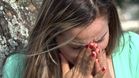 Расстроенная взрослая плача женщина сток-видео