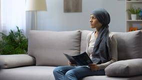 Расстроенная дама с раком мозга смотря рентгеновский снимок, воюя на всю жизнь в больнице видеоматериал