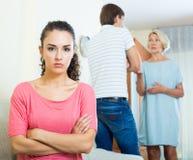 Расстроенная девушка наблюдая ее супруга и старшего бой матери Стоковые Фото