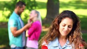 Расстроенная девушка наблюдая ее flirt толкотни с другой девушкой сток-видео