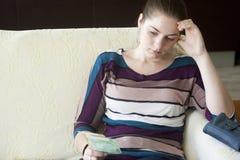 Расстроенная девушка не имеет деньги достаточно Стоковое фото RF