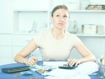Расстроенная женщина высчитывая финансы Стоковые Фотографии RF