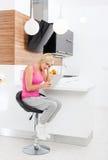 Расстроенная женщина используя планшет дома несчастный Стоковые Изображения RF