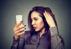 Расстроенная женщина удивила ее проигрышные волосы имеет волосяный покров отступать стоковое фото rf