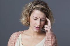 Расстроенная женщина 20s ища для новых идей Стоковые Фото